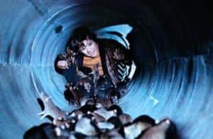 petit garçon dans tunnel