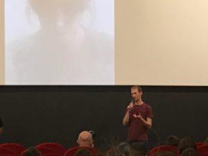 homme dans un cinéma